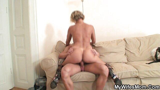 Adolescente se folla el culo y el coño con un consolador en videos porno en hd para descargar la webcam