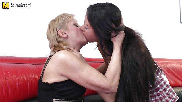Dos filmulețe por lesbianas amateur lamiendo el culo MILFs de grandes tetas durante las vacaciones sexuales