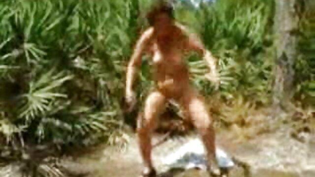 Pequeña chica con grandes tetas naturales Stella Cox monta una video de señoras maduras gran polla