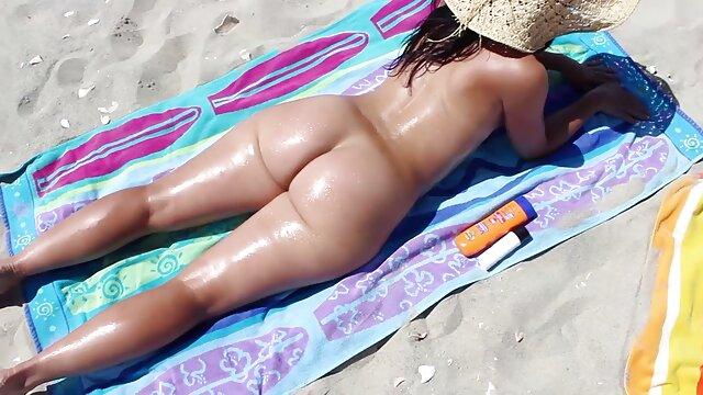 Tiny4k desnuda junto a la piscina en un colchón de aire seduce a su novio con una gran bangbros gratis hd polla